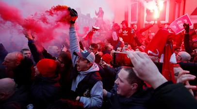 Ливерпульские фанаты с факелами перед матчем