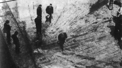 Осмотр полицейскими места гибели Коновальца в Роттердаме (Нидерланды)