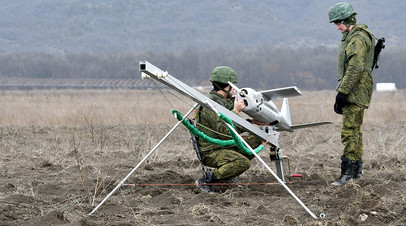 Военнослужащие запускают беспилотный летательный аппарат во время тактических учений. © Георгий Зимарев