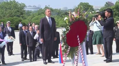 Лавров возложил цветы к памятнику первым лидерам КНДР в Пхеньяне