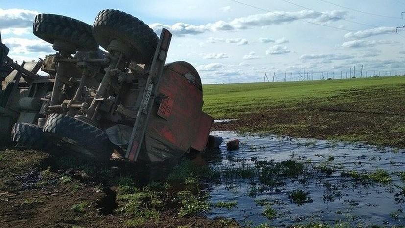 Форд опрокинулся КамАЗ снефтью вТатарстане