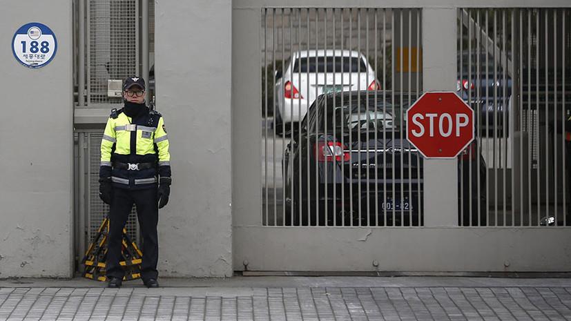 В Южной Корее мужчина попытался протаранить на машине ворота посольства США