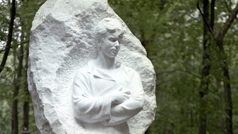 Источник: полиция ищет женщину, перекрасившую памятник Есенину на Ваганьковском кладбище