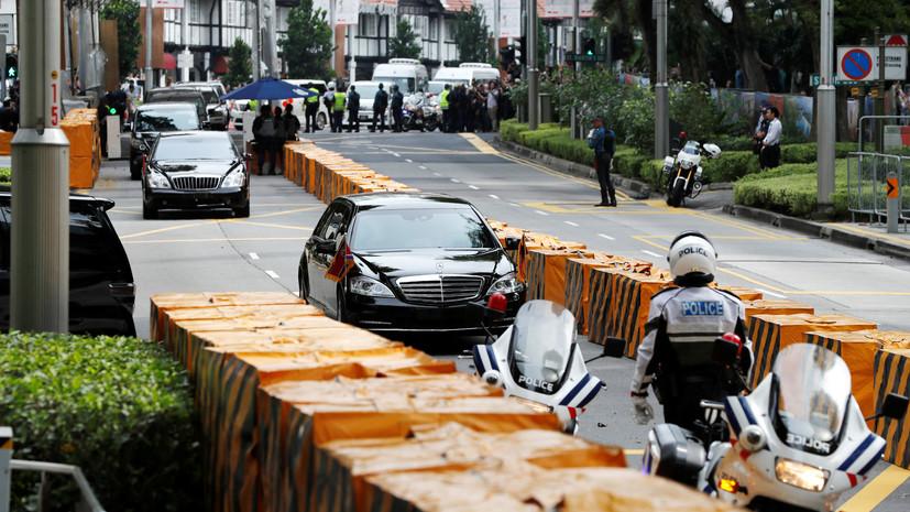 Кортеж Ким Чен Ына прибыл к гостинице в сопровождении мотоциклистов