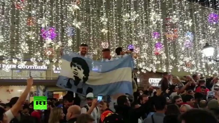 Болельщики сборной Аргентины заполонили Никольскую улицу в Москве и поют песни