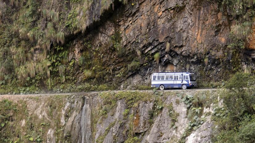 В Боливии 17 человек погибли в результате столкновения автобуса со скалой