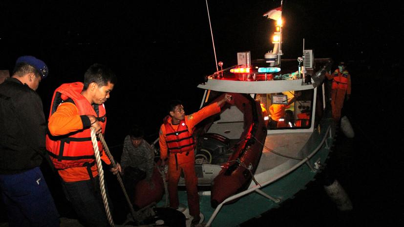 В Индонезии на озере Тоба произошло крушение парома, пишет издание
