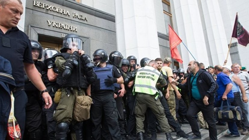 Трое полицейских пострадали в столкновениях у Верховной рады