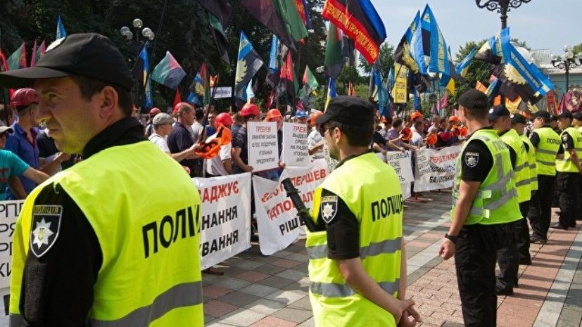 Эксперт прокомментировал столкновения митингующих с полицией в Киеве