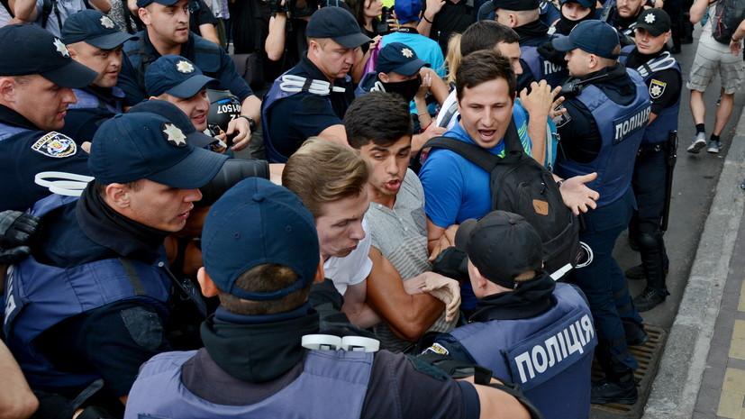В Киеве устроили акцию протеста возле посольства Венгрии