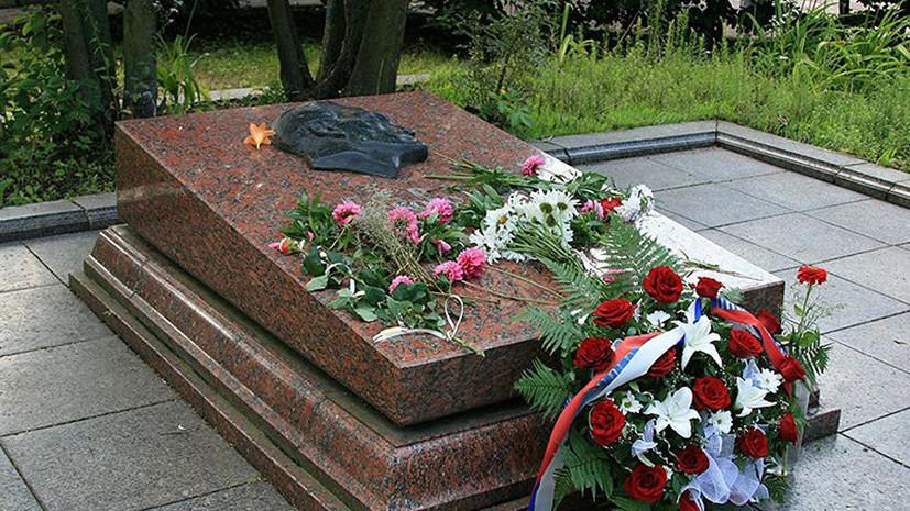 СМИ: Во Львове вандалы разрисовали могилу Героя СССР Николая Кузнецова