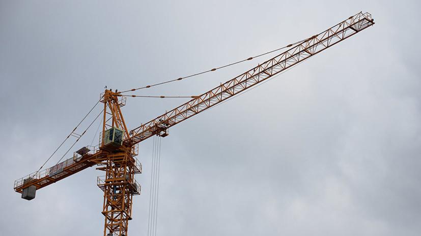 В Барнауле в результате падения строительного крана из-за урагана погиб мужчина