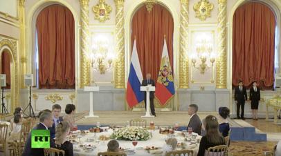 Путин вручил многодетным отцам и матерям ордена «Родительская слава»