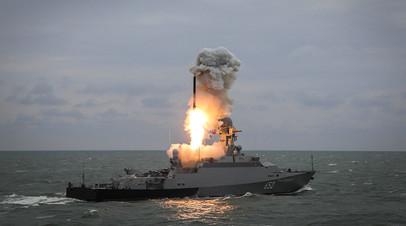 Малый ракетный корабль «Град Свияжск»  запускает ракету «Калибр» во время итоговых учений корабельных группировок Каспийской флотилии