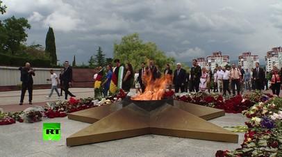 Делегация из Германии возложила венки к Вечному огню в Сочи