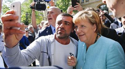 Федеральный канцлер Германии Ангела Меркель фотографируется с мигрантами © Fabrizio Bensch