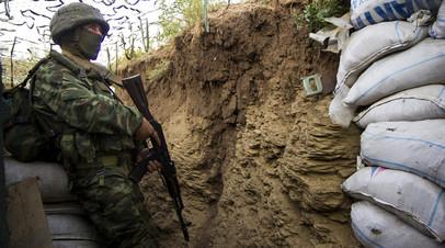 Боец батальона «Сомали» ВС ДНР в окопах, оборудованных военнослужащими самопровозглашённой республики под Зайцевом
