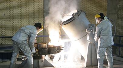 Рабочие на заводе по производству ядерного топлива в г. Исфахане