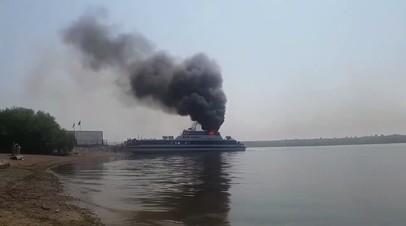 Видеокадры пожара на теплоходе в Иркутске