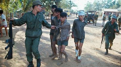 Военные Южного Вьетнама конвоируют раненых вьетнамцев, подозреваемых в пособничестве вьетконговцам, февраль 1968 г.