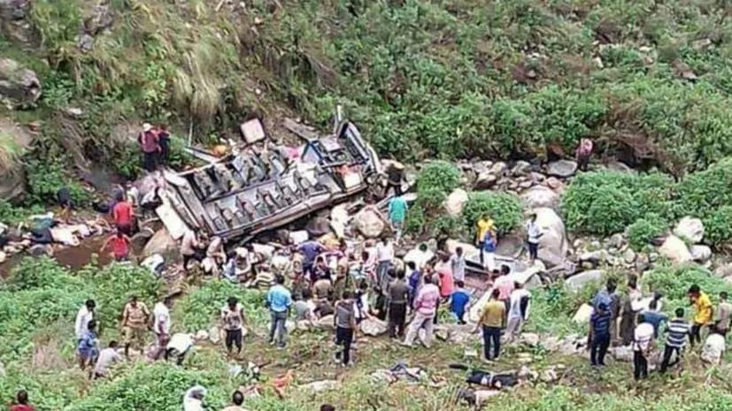 Не менее 40 человек погибли при падении автобуса в ущелье в Индии