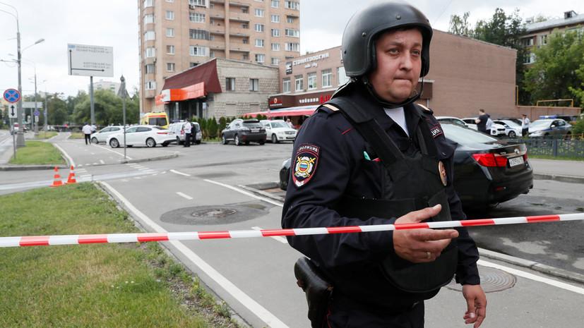 Полиция оцепила магазин на севере Москвы, где мужчина удерживает заложника