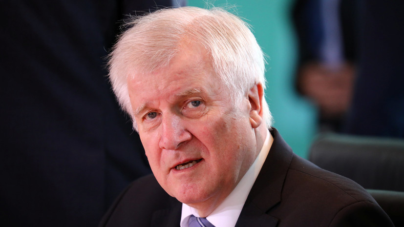 СМИ: Глава МВД Германии недоволен предложением Меркель по мигрантам