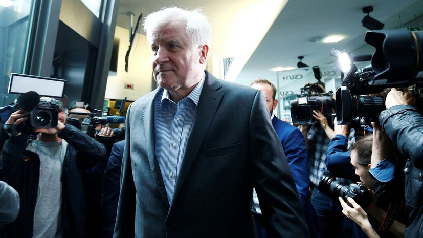 СМИ: Зеехофер намерен остаться главой МВД Германии
