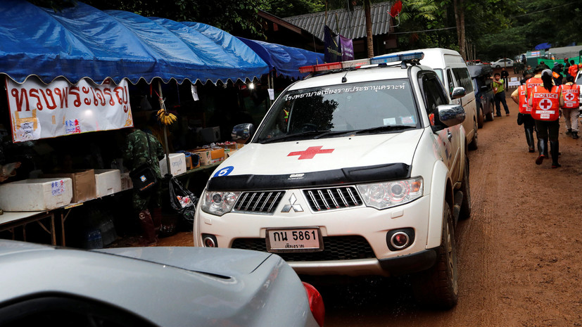 Спасатели подняли двоих из заблокированных в пещере в Таиланде детей
