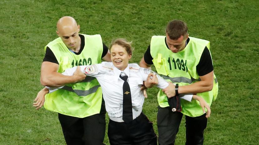 Участники группы Pussy Riot выбежали на поле во время финала чемпионата мира по футболу