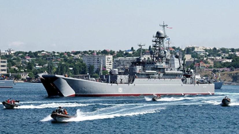 Экипаж большого десантного корабля «Азов» проводит тренировки к празднованию Дня ВМФ