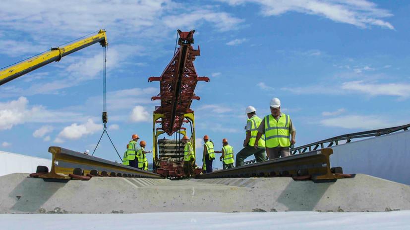 Строители приступили к укладке рельсов на Крымском мосту