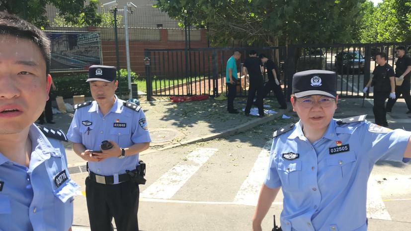 СМИ: Полиция задержала женщину при попытке самоубийства у посольства США в Пекине