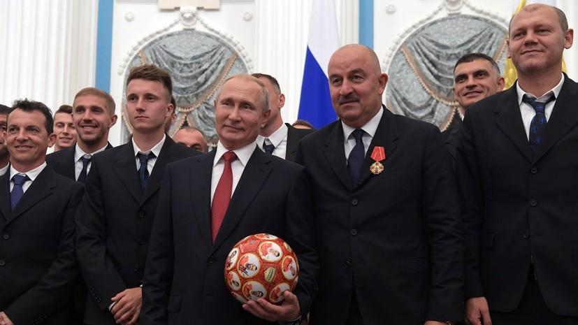 Сборная России по футболу подарила мяч Владимиру Путину