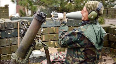 Украинский военнослужащий загружает миномёт