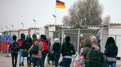 Беженцы из Эритреи прибывают в лагерь временного размещения под Мюнхеном