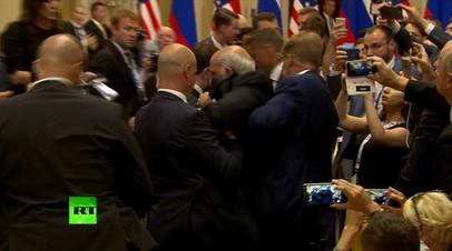 Журналиста с плакатом «Договор о запрещении ядерного оружия» вывели из зала перед пресс-конференцией Путина и Трампа