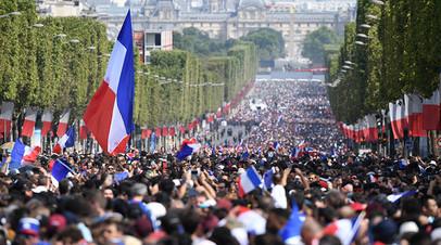 В Париже проходит парад в честь победы сборной Франции на ЧМ-2018 по футболу