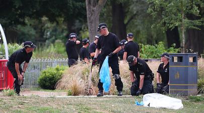 Британские полицейские проводят следственные мероприятия в Солсбери