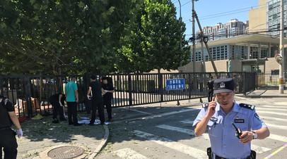 Полиция задержала мужчину после взрыва пиротехники у посольства США в Пекине