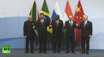 Путин принял участие в церемонии фотографирования лидеров БРИКС на саммите в ЮАР