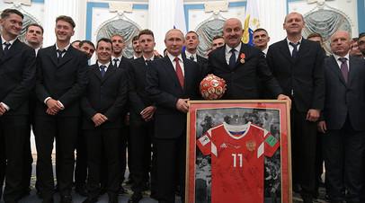 Президент РФ Владимир Путин и футболисты сборной России на церемонии вручения государственных наград и почётных грамот в Кремле