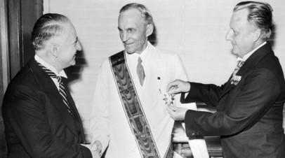 Генри Форд получает Железный крест Германского Орла © Bettmann