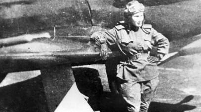Советская лётчица Лидия Литвяк у своего истребителя