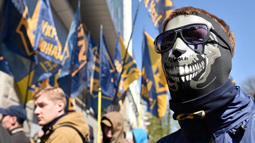 В Херсоне националисты зажгли дымовые шашки возле здания прокуратуры
