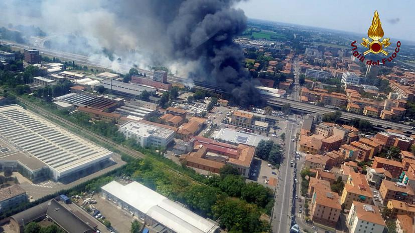 В Италии заявили, что пожар на месте взрыва машин на шоссе у Болоньи потушен
