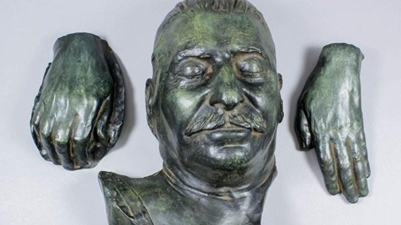 На аукционе в Британии продали посмертную маску Сталина