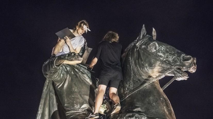 В Петербурге задержали вандаловпосле попытки осквернить памятник«Медный всадник»