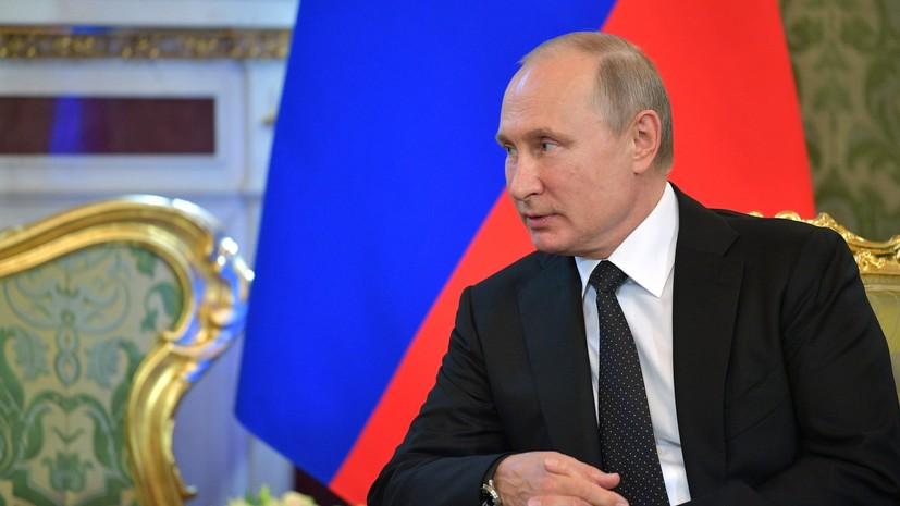 Президент России Владимир Путин во время общения с участниками образовательного