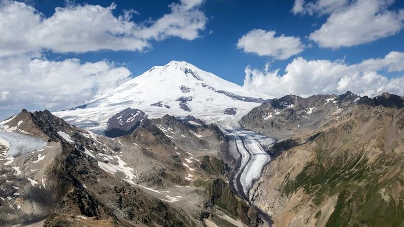 Спасатели на вертолёте эвакуировали с Эльбруса альпиниста, которому стало плохо